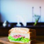 行列のできるパン屋さんの人気を支える「手作りサンドイッチ」は1個356円