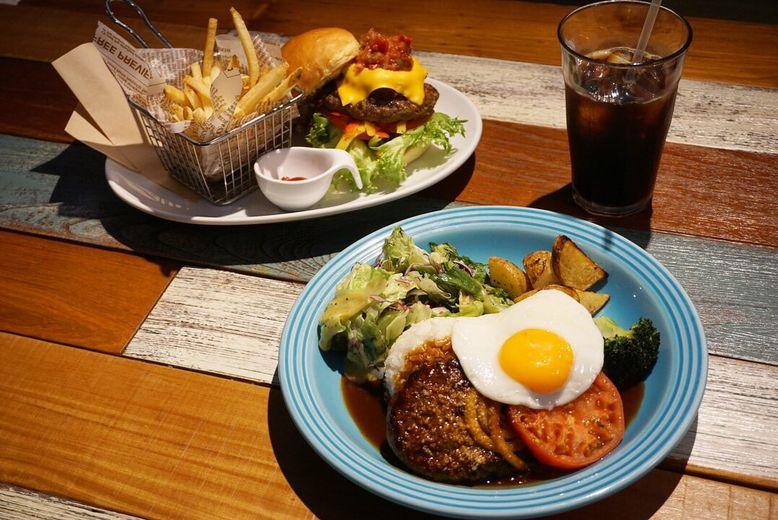 【旅するランチvol.6】高さ15㎝超えバーガーに、BIGなロコモコ。ハワイアンサイズの料理は、おいしさも規格外だった!