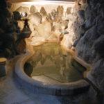 お湯の温度はかなり熱め。泉質を堪能するためにも少しガマンして浸ろう