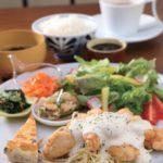 ミニデザートにドリンクも付く、約10日ごとに内容が変わる「ランチプレート」1200円。1日10食限定