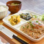 ご飯のおかわり自由の日替わりランチ「本日のお昼ごはん」は880円。+220円で選べるドリンクが付けられる
