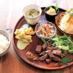 「夕星ワンプレート」1320円。この日は燻製したステーキと、タマゴベーコンとポテトを燻(いぶ)したポテトサラダ付き