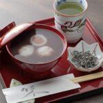 白玉団子の「田舎ぜんざい」500円には、萬太郎清水で煎れるお茶付き