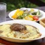 肉の味わいがしっかり残る「ハンバーグ焼きカレー」900円(サラダ付き)